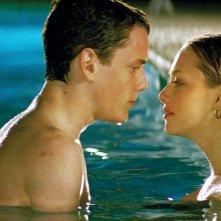 Anton Yelchin e Amanda Seyfried in una scena in piscina del film Alpha Dog