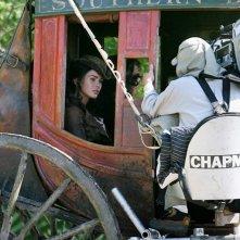 L'attrice Megan Fox in una carrozza   sul set del film Jonah Hex