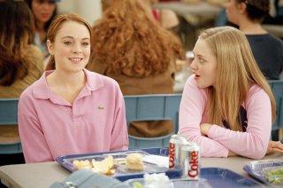 Lindsay Lohan e Amanda Seyfried a pranzo nella mensa scolastica in una scena del film Mean Girls