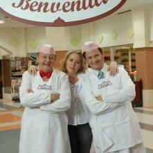 Massimo Boldi, Enzo Salvi e Barbara De Rossi in una foto promozionale di Fratelli Benvenuti