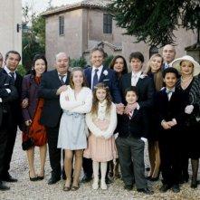 U. Dighero, P. Sassanelli, B. Fazi, L. Banfi, E. Cadeddu, G. Scarpati, M. Cadeddu, D. Giovinazzo, G. Paolino, M. Sikabonyi, M. Vukotic e P. Sermonti in una foto promozionale di Un medico in famiglia
