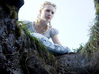 Wallpaper: Mia Wasikowska in una scena del film Alice in Wonderland
