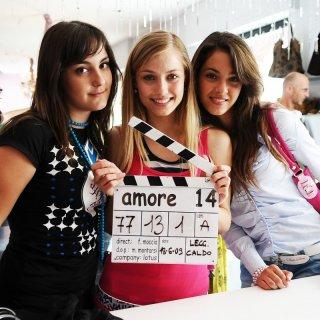 Veronica Oliver e le altre protagoniste del film Amore 14 sul set