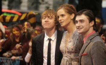 Emma Watson tra Rupert Grint e Daniel Radcliffe durante la premiere londinese di Harry Potter e il Principe Mezzosangue