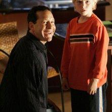 Steve Guttenberg (Woody Goodman) e Ian Brininstool (Rodney Goodman) nella puntata 'Il castigo di un bimbo' di Veronica Mars