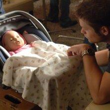 Teddy Dunn (Duncan Kane) mentre accudisce il bambolotto nell'episodio 'Abbandonata' di Veronica Mars
