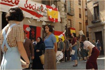 Nadia de Santiago e Teresa Hurtado de Ory in una scena del film Le tredici rose