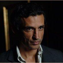 Un fascinoso Enrico Lo Verso nel film Le tredici rose
