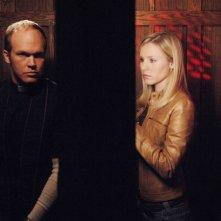 Veronica (Kristen Bell) parla con Padre Patrick (James Joseph O'Neil) nell'episodio 'La svolta' della seconda stagione di Veronica Mars