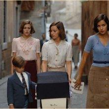 Verónica Sánchez con Marta Etura e Teresa Hurtado de Ory in una scena del film Le tredici rose