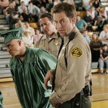 Weevil (Francis Capra) viene arrestato da Lamb (Michael Muhney) nell'episodio 'Nessuna foto' di Veronica Mars