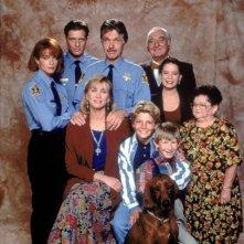 Una foto promo del cast de La Famiglia Brock, con Holly Marie Combs e Costas Mandylor