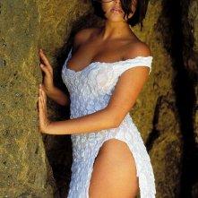 L'attrice Tiffani Amber Thiessen per un sensuale photoshoot tra le rocce