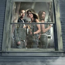 Una foto promo, dietro a una finestra, del cast principale della 2 stagione di Terminator: The Sarah Connor Chronicles