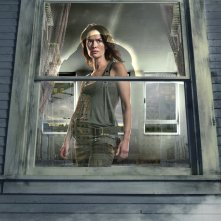 Una foto promo, dietro a una finestra, di Lena Headey per la 2 stagione di Terminator: The Sarah Connor Chronicles