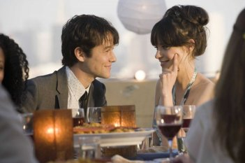 Joseph Gordon-Levitt e Zooey Deschanel in una romantica immagine del film (500) Days of Summer