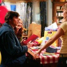 Clark (Tom Welling) festeggia il suo compleanno nell\'episodio Invisibile, della quinta stagione di Smallville