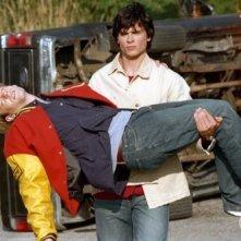 Clark (Tom Welling) salva Whitney (Eric Johnson) in L'uomo insetto, puntata della prima stagione di Smallville