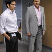 Nicholas Gonzalez con la guest star Steven Bauer in una scena dell'episodio Coda di Mental