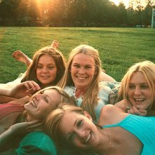 Una foto promo di Kirsten Dunst, Hanna Hall, Leslie Hayman, Chelse Swain e A.J. Cook per 'Il giardino delle vergini suicide'