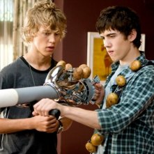 Carter Jenkins e Austin Robert Butler in un'immagine del film Alieni in soffitta