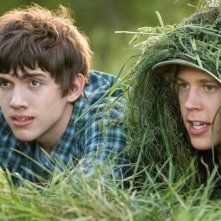 Carter Jenkins e Austin Robert Butler in una scena del film Alieni in soffitta