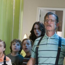 Jake Short, Trevor Gagnon, Jimmy Bennett, Kat Dennings e William H. Macy in una scena del film Il mistero della pietra magica