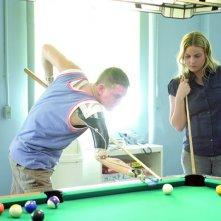 Michelle (Abbie Cornish) gioca a biliardo con un ex soldato in una scena del film 'Stop Loss'