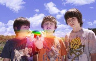 Rebel Rodriguez, Leo Howard e Trevor Gagnon in una scena del film Il mistero della pietra magica