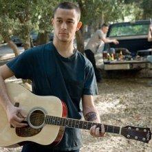 Tommy Burgess (Joseph Gordon-Levitt) suona la chitarra in una scena del film 'Stop Loss'