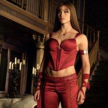 Elektra Natchios (Jennifer Garner) col suo completo rosso fuoco nel film Elektra