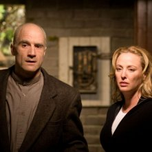 Elias Koteas e Virginia Madsen in una scena del film The Haunting in Connecticut