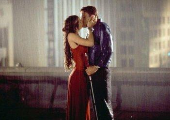 Il bacio appassionato tra Jennifer Garner (Elektra Natchios) e Ben Affleck (Matt Murdock) in una scena del film Daredevil