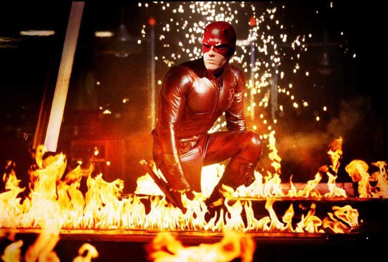 Il personaggio Daredevil (Ben Affleck) in mezzo alle fiamme nel film Daredevil