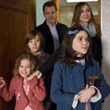 Aryana Engineer, Jimmy Bennett, Peter Sarsgaard, Vera Farmiga e Isabelle Fuhrman in una scena dell'horror Orphan