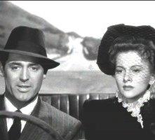 Cary Grant con Joan Fontaine in una scena del film Il sospetto di ALfred Hitchcock
