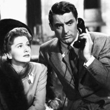 Cary Grant e Joan Fontaine in una scena del film Il sospetto