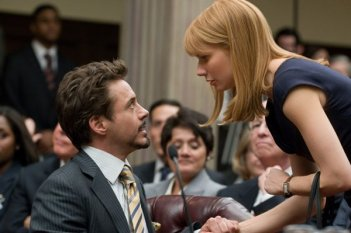 Gwyneth Paltrow e Robert Downey Jr. a confronto in una scena di Iron Man 2