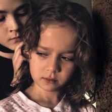 Isabelle Fuhrman e Aryana Engineer in una scena dell'horror Orphan