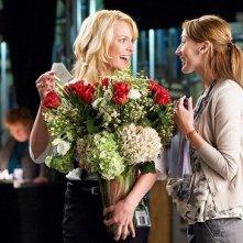 Katherine Heigl e Bree Turner in una scena del film La dura verità