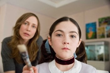 Vera Farmiga e Isabelle Fuhrman in una scena dell'horror Orphan