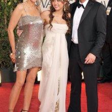 La giovane attrice Miley Cyrus, assieme a genitori ai Golden Globes 2009