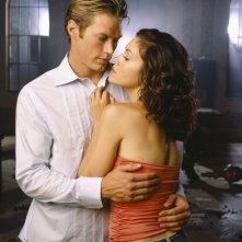 Jason Lewis e Alyssa Milano in un'immagine promozionale per la stagione 8 del telefilm Streghe