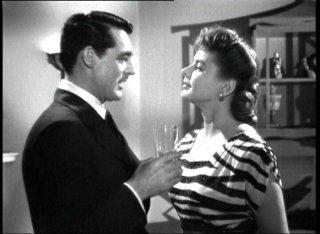 Cary Grant accanto a Ingrid Bergman in una scena del film Notorius - L\'amante perduta, di A. Hitchcock.
