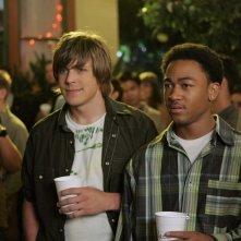 Chris Lowell ('Piz') e Percy Daggs III (Wallace) ad una festa nell'episodio 'Notte da incubo' di Veronica Mars