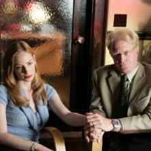 Jaime Ray Newman e Ed Begley Jr. in una scena dell'episodio 'Il male del presidente' di Veronica Mars