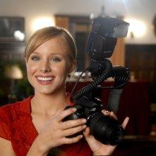 Kristen Bell con macchina fotografica in una scena dell'episodio 'L'altra faccia dell'amore' di Veronica Mars