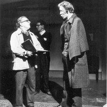 Terence Fisher discute con Christopher Lee sul set del film Lo sguardo che uccide
