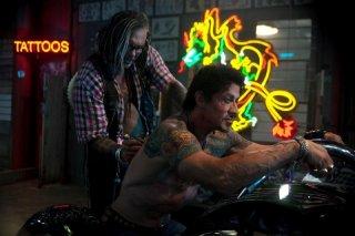 I tatuati Sylvester Stallone e Mickey Rourke in una scena di The Expendables
