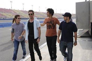 Kevin Connolly, Kevin Dillon, Adrian Grenier e Jerry Ferrara una scena dell'episodio 'One Car, Two Car, Red Car, Blue Car' della sesta stagione di Entourage